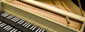 Clavecin en plan panoramique sur le clavier