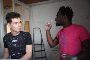 Jeunes gens travaillant ensemble durant la rénovation de la salle Vignaud de Meudon-la-Forêt.